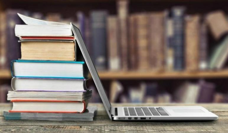 На фото – книги и ноутбук