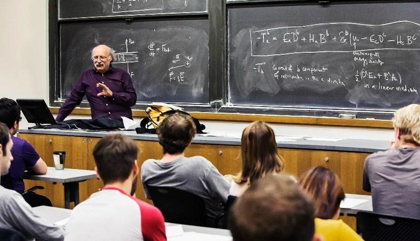 На фото – преподаватель ведет лекцию в аудитории